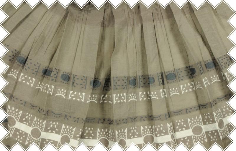 Hnědo-šedé krešované plátno s bílou a šedou výšivkou, hotové šaty, š. 130 cm
