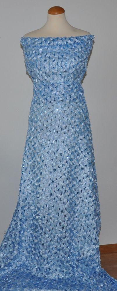 Světle modrý tyl s našívanými ozdobami a s flitry, š.130 cm