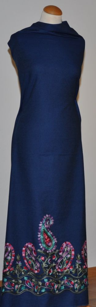 Modrá slabší elastická riflovina s vyšívanou barevnou kantou podél jednoho okraje, š.150 cm